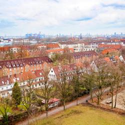 急勾配の屋根が特徴の、ドイツの港町ハンブルクの集合住宅群