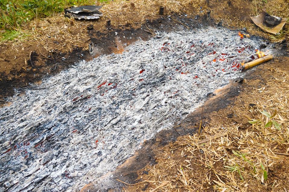 大量の竹炭を近所の人に竹墨を分けました