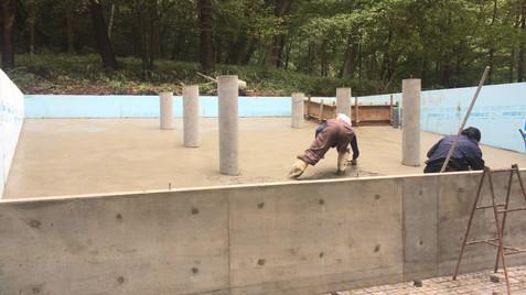 斜めの傾斜地での土間施工