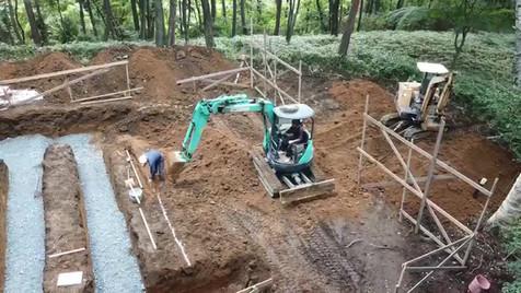 傾斜地の根切り作業がスタートしました