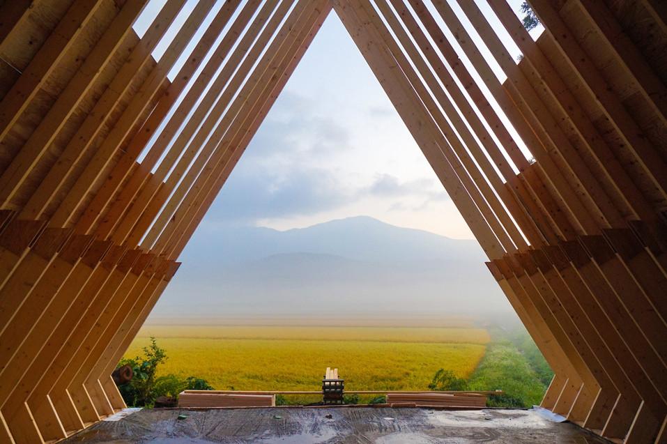 朝霧の鳥海山と田