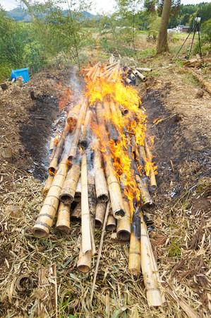 野焼きで竹炭制作