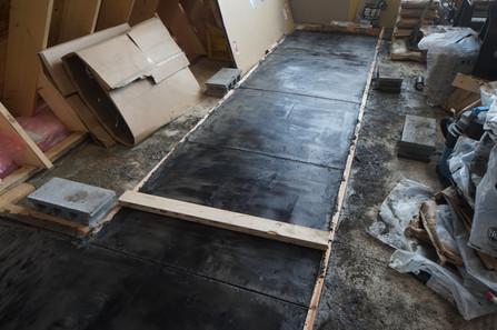 墨モルタルの床
