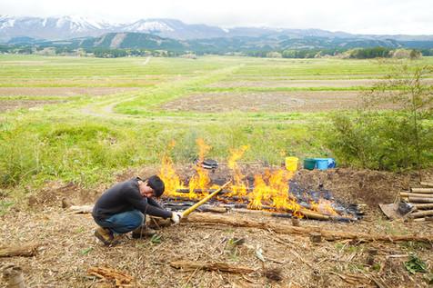 火を利用して竹の油抜き