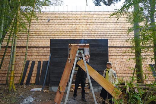 メインエントランスの風除室に使用する焼杉制作