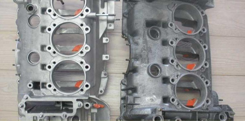Stralen en reinigen van motoronderdelen.