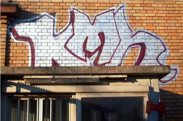 Graffiti van gevel verwijderen voor.jpg