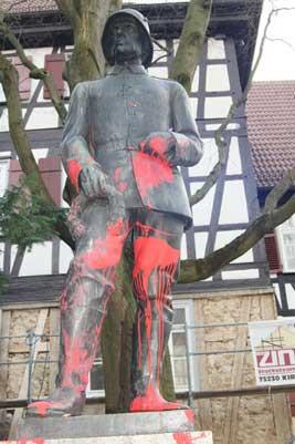 Bronzen beeld met verf voor.jpg