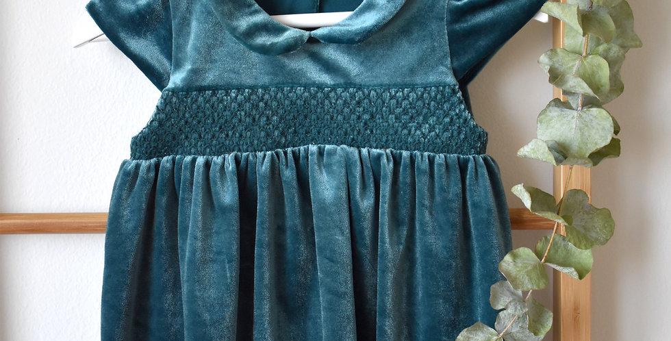Zamatové šaty s golierom