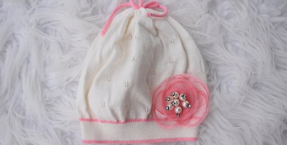 Bledá čiapka s organzovou aplikáciou a perličkami