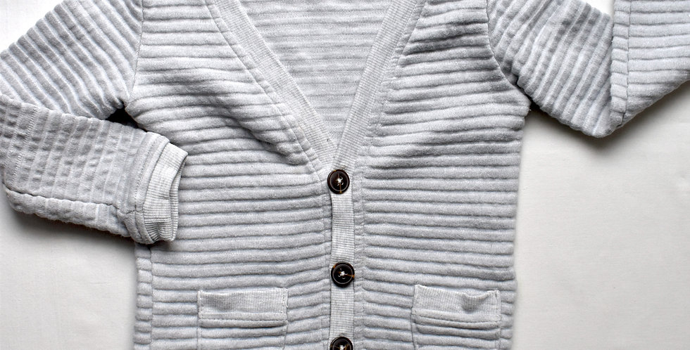 Sivý vrúbkovaný sveter s drevenými gombíkmi