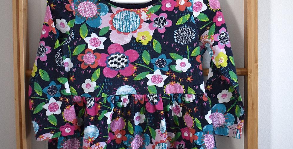 Tmavomodré šaty s veľkými farebnými maľovanými kvetmi