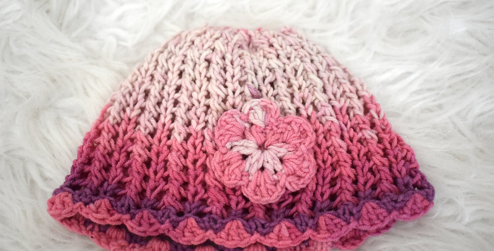 Háčkovaná čiapka s kvetom