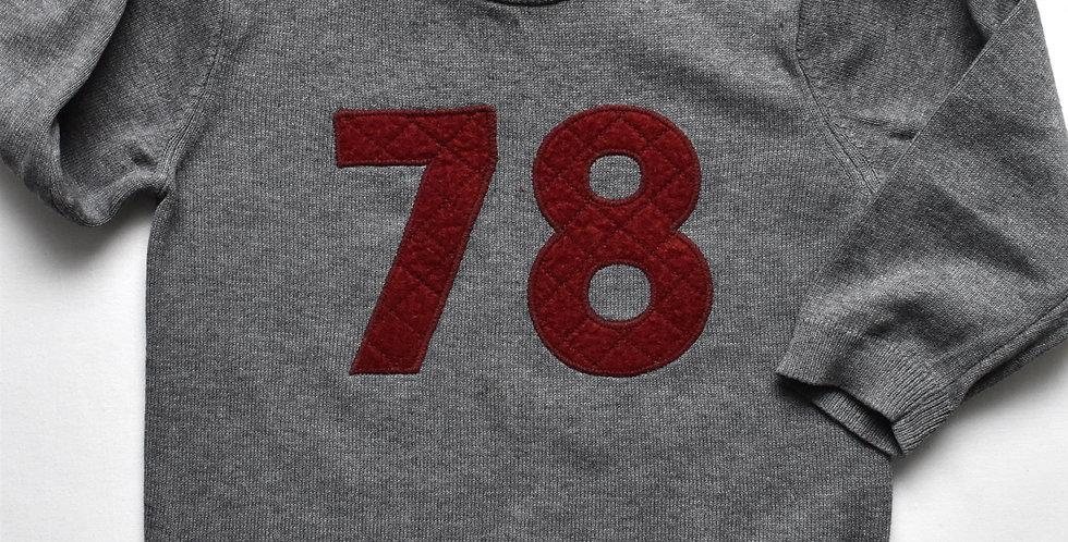 Sivý sveter s bordovým nápisom 78