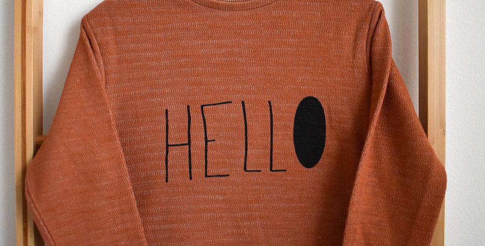 Tehlový sveter s nápisom HELLO