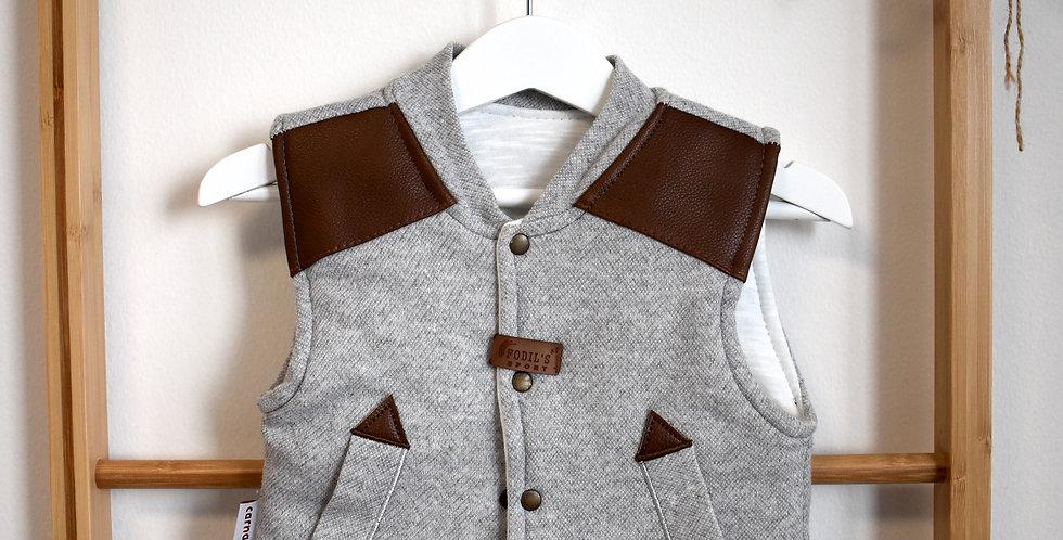 Sivá vesta s hnedými koženými nášivkami