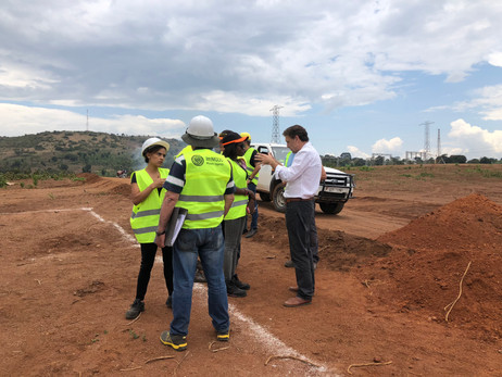 (Right): José Luís Moya, President of RiC Energy Group (formerly IMMODO Power), briefs staff at one of the Xsabo construction sites.