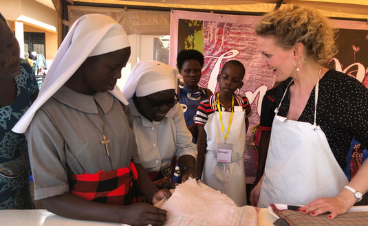 Exchanging knowledge about the 'Fancy Pads', which are made from Ugandan vegetable fibres like banana fibres and papyrus.