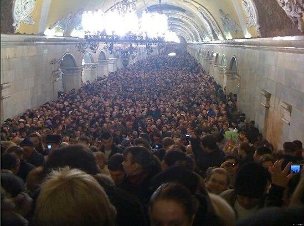 Hall central d'une des lignes de la station Komsomolskaïa, heure de pointe.