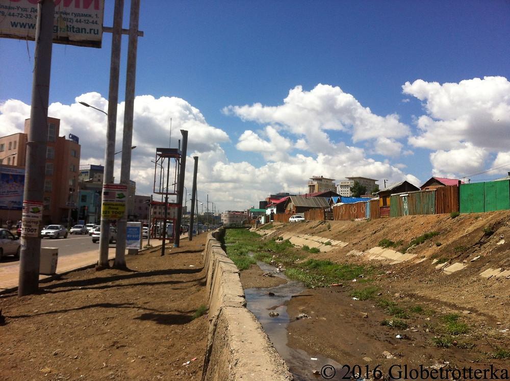 Tranchée séparant le bidonville du quartier d'affaires © 2016 Globetrotterka