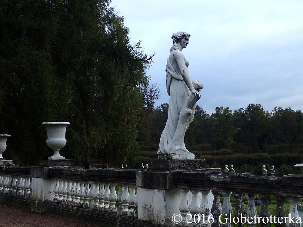Une des statues de la haute terrasse. © 2016 Globetrotterka