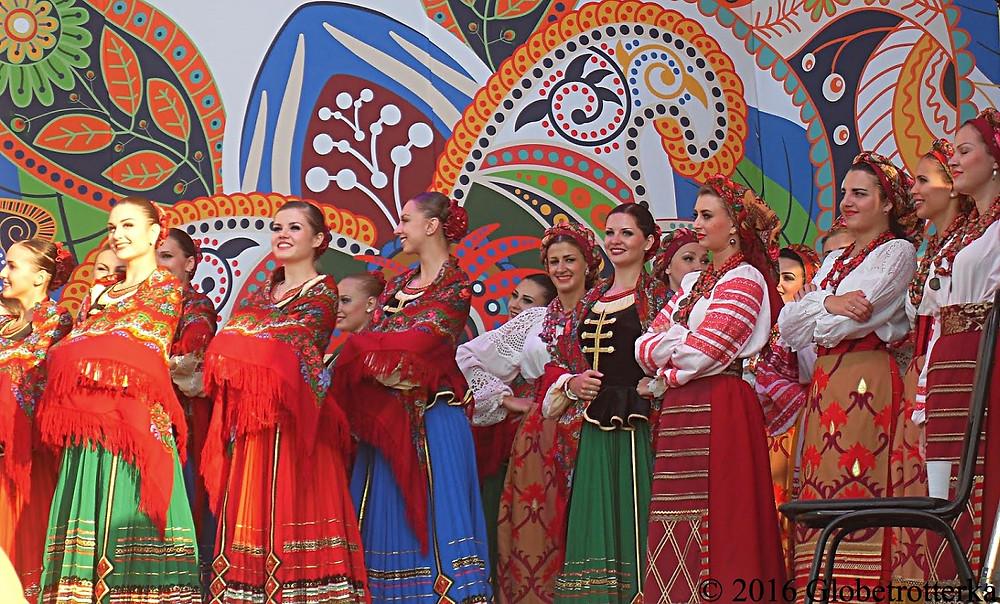Danseuses folkloriques, festival Russkoye Pole © 2017 Globetrotterka