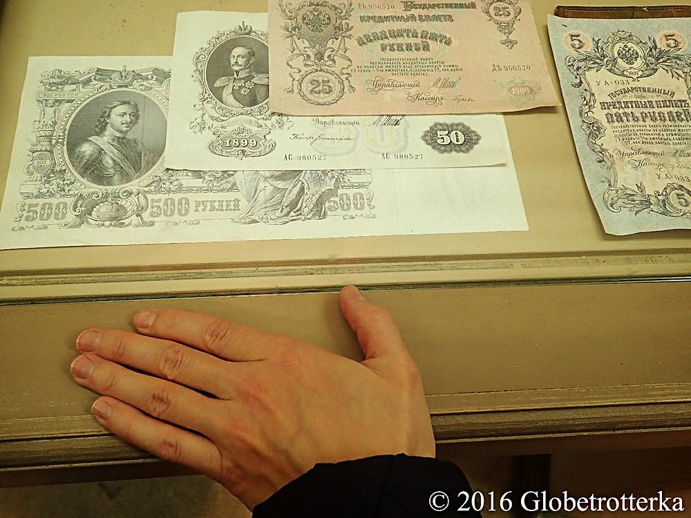 Anciens billets durant la période des tsars, à gauche avec le portrait de Pierre le Grand. Musée du vieux Vladimir © 2016 Globetrotterka