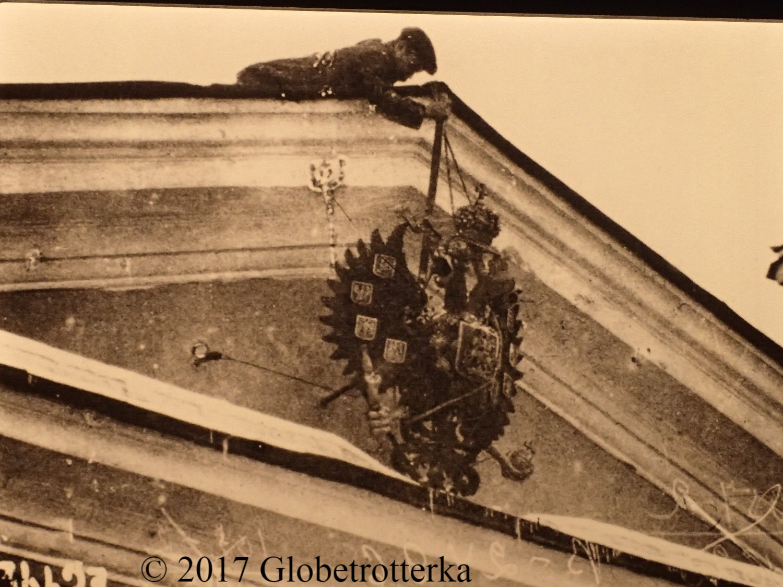 Le blason royal est retiré de la devanture d'un bâitment public, 27 février 1917, Petrograd, exposition Nekto 1917, nouvelle galerie Tretiakov, parc Muzéon, Moscou © 2017 Globetrotterka