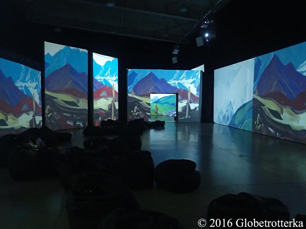 Salle de projection des toiles animées d'Aïvazovski, toiles de l'artiste Nikolaï Roerich sur la photo © 2016 Globetrotterka