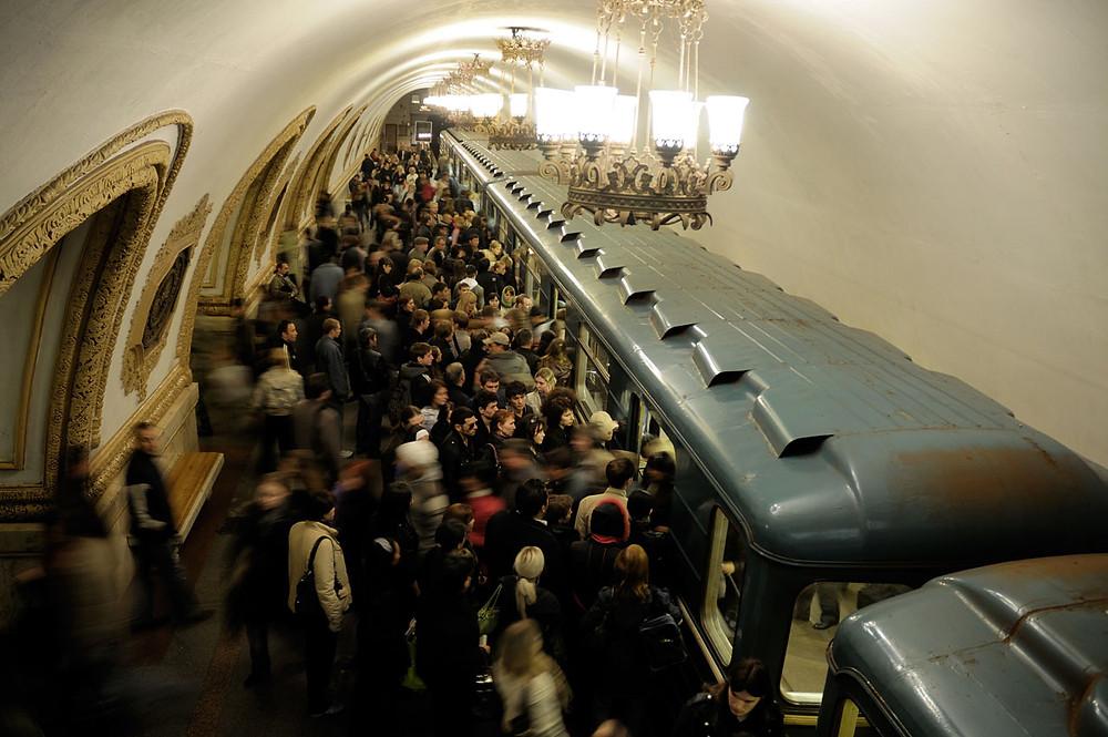 Un des quais d'une des trois lignes de la station Kievskaïa, heure de pointe.