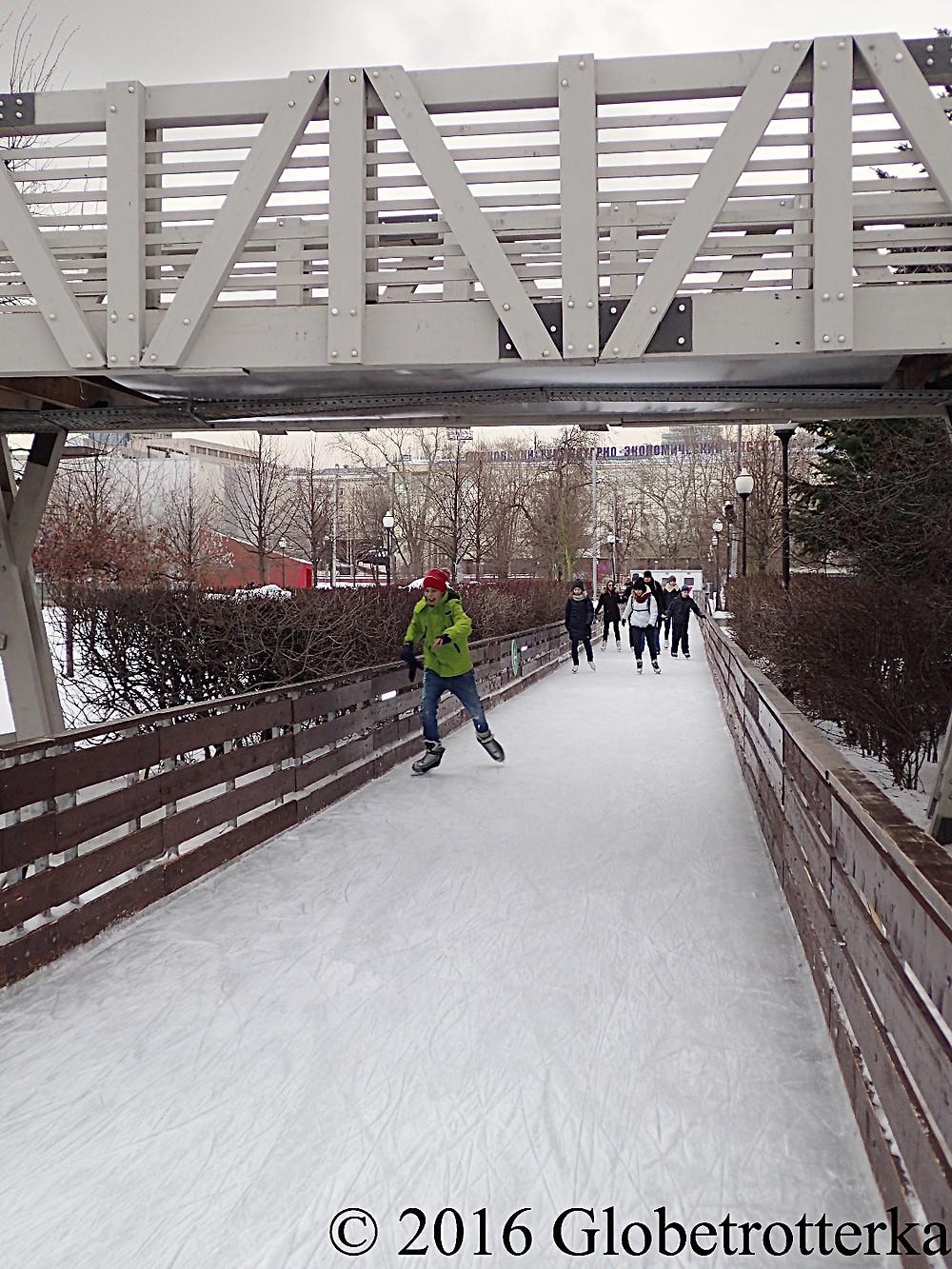Une des allées de la patinoire du parc Gorki qui passe en dessous d'un pont d'observation © 2016 Globetrotterka