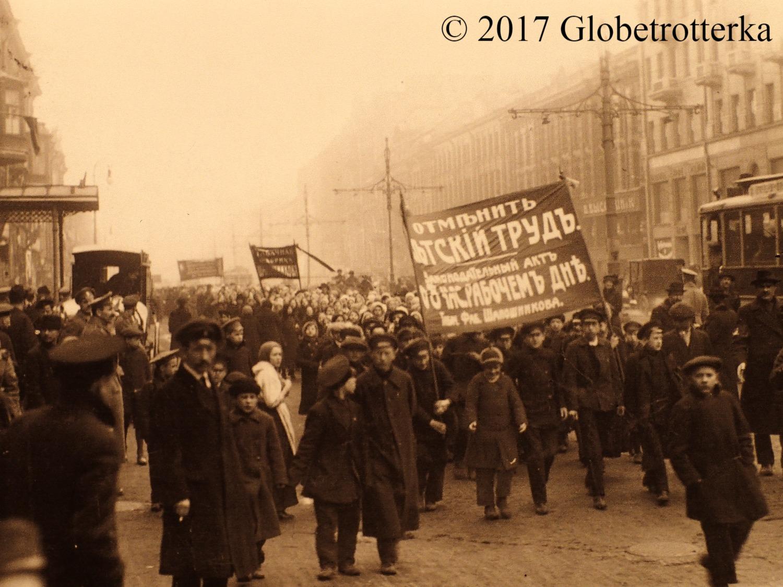 Manifestation des ouvriers d'une usine à tabac, 23 février 1917, Petrograd, exposition Nekto 1917, nouvelle galerie Tretiakov, parc Muzéon, Moscou © 2017 Globetrotterka