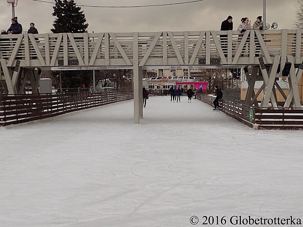 L'angle de deux des allées de la patinoire et un pont d'observation au dessus © 2016 Globetrotterka