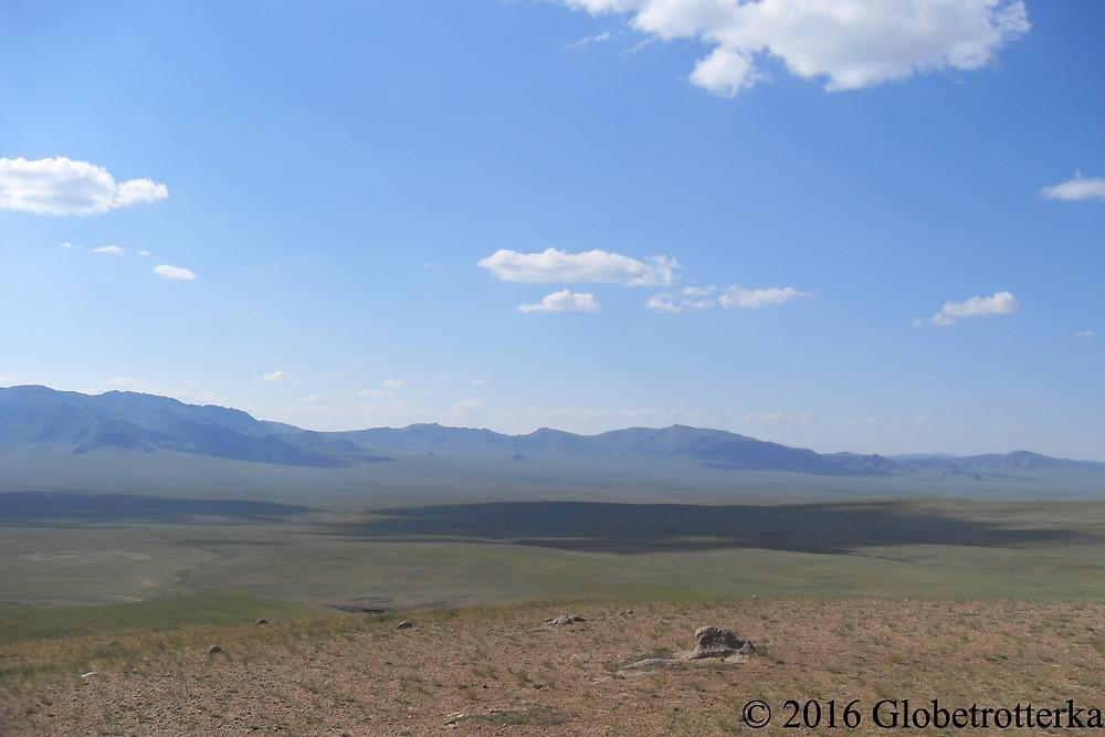 Steppes du Gobi et chaîne de montagnes en second plan © 2016 Globetrotterka