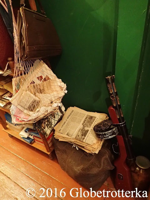 Dans le couloir traînaient des piles de vieux journaux et accessoirement des armes. © 2016 Globetrotterka