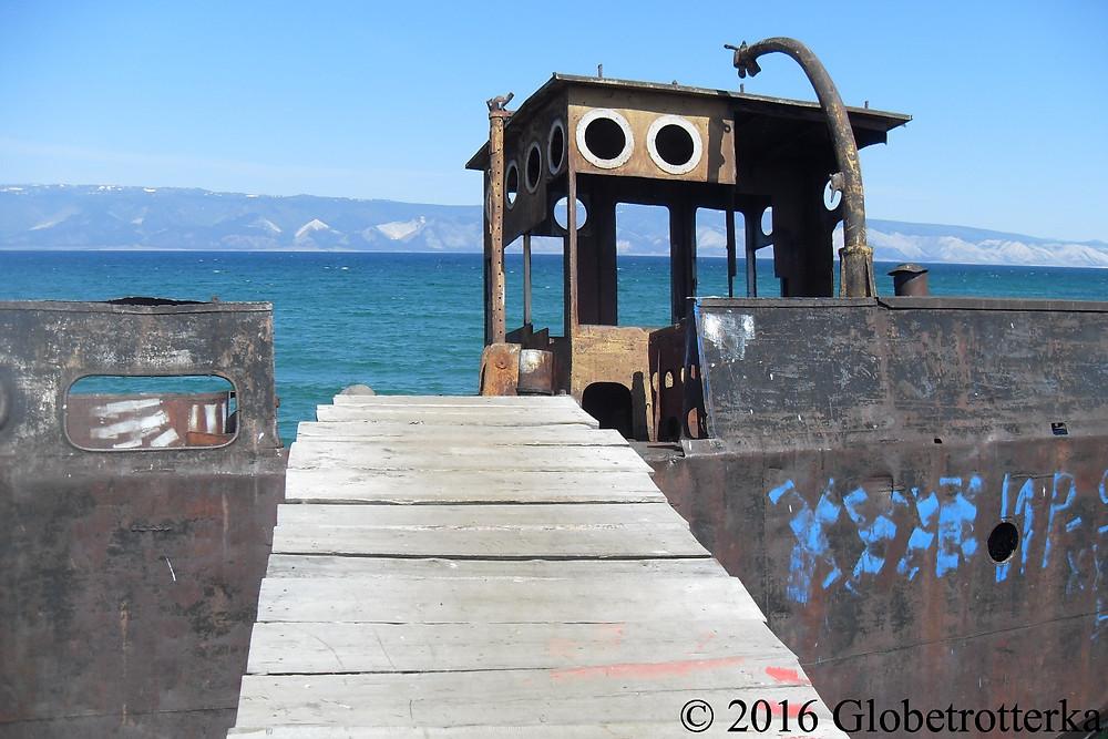 Epave d'un bateau soviétique dans le port de Khoujir. © 2016 Globetrotterka