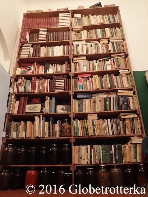 La bibliothèque qu'un des résident acceptait gentiment de partager avec ses colocataires et les fameuses énormes conserves.