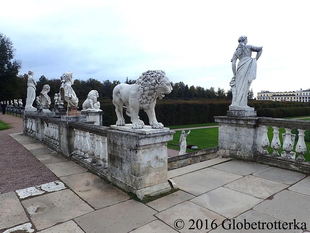 Statues de la haute terrasse. © 2016 Globetrotterka