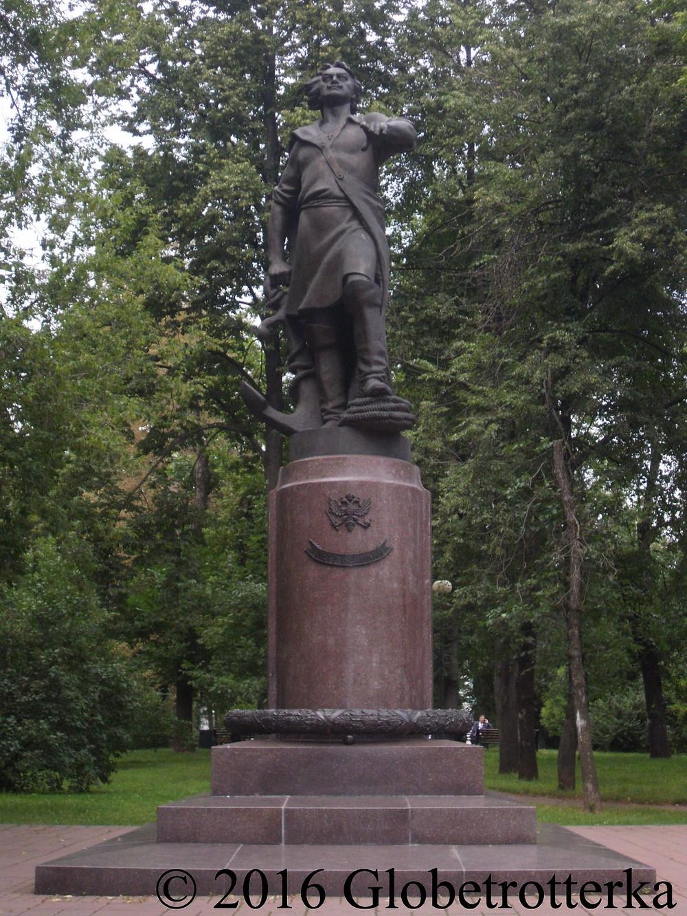 Monument à Pierre le Grand sur l'île d'Izmaïlovo. © 2016 Globetrotterka