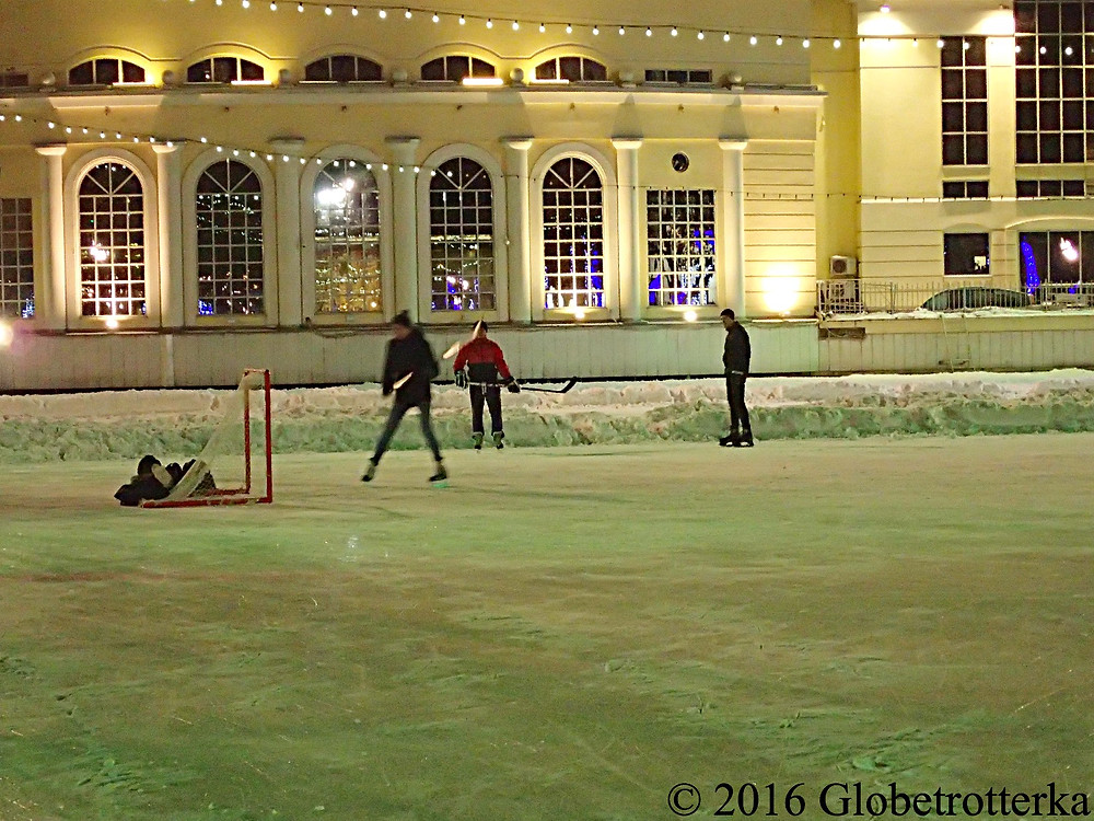Coin aménagé pour les parties de hockey sur glace, patinoire des étangs Chistiye Proudi © 2016 Globetrotterka