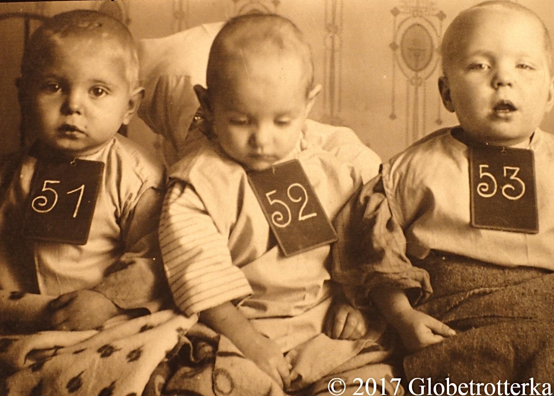 Des orphelins dont les parents sont morts durant l'évacuation, Kiev, 1916, exposition Nekto 1917, nouvelle galerie Tretiakov, parc Muzéon, Moscou © 2017 Globetrotterka