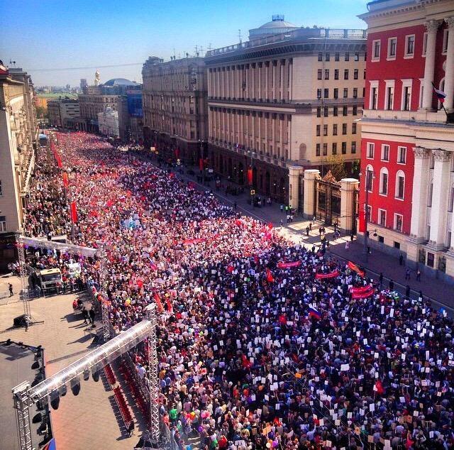 Le régiment immortel avance sur l'avenue Tverskaïa à Moscou
