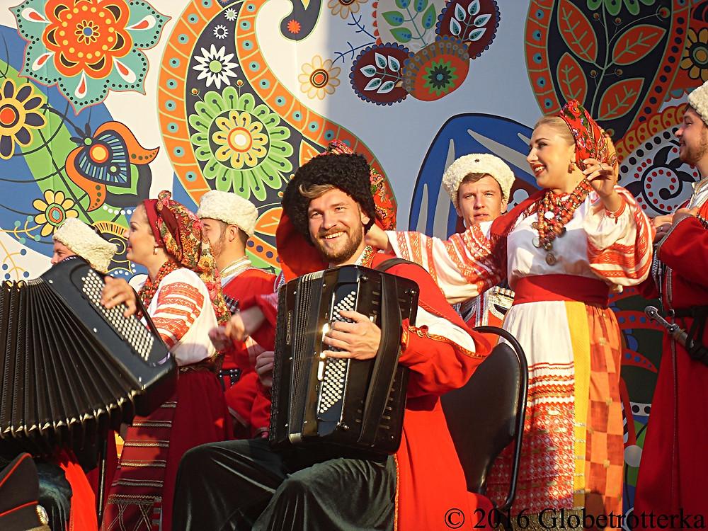 Danseurs et musiciens folkloriques, festival Russkoye Pole © 2017 Globetrotterka