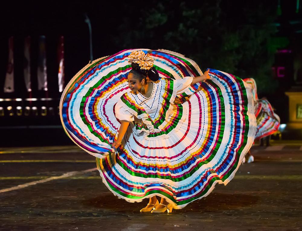 Septième festival Spasskaïa bachnia, danseuse folklorique mexicaine, août 2014, photo du site officiel du festival