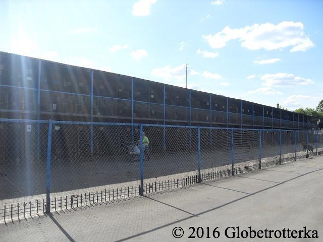 Les cages sont sur deux étages et remplissent quatre allées. © 2016 Globetrotterka