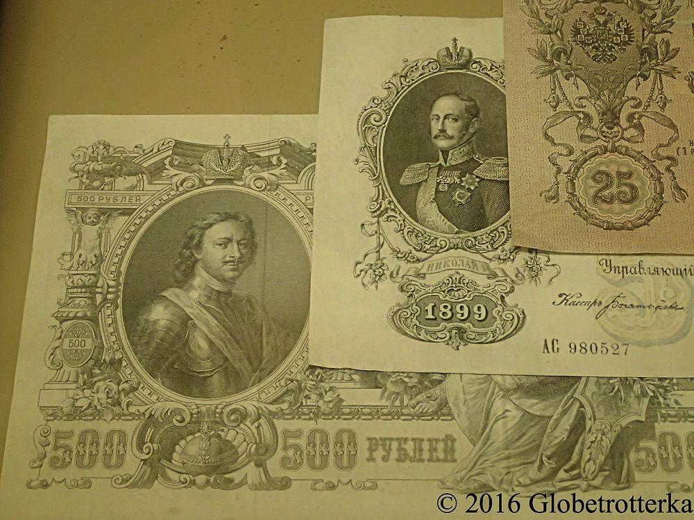 Un billet de 500 roubles avec le portrait de Pierre le Grand (gauche). Musée du vieux Vladimir © 2016 Globetrotterka