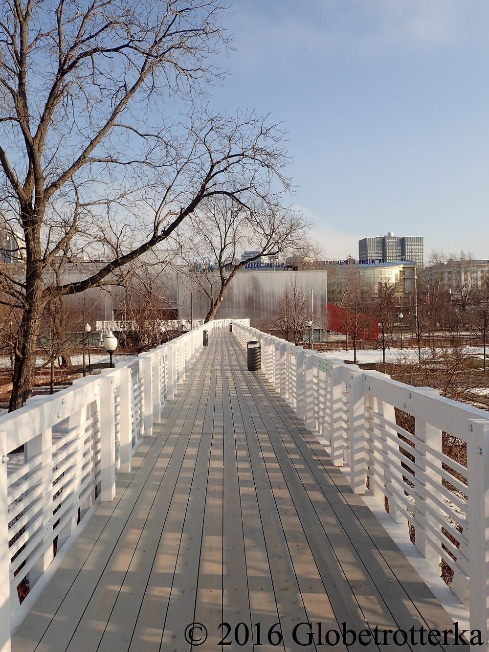 Pont au dessus de la patinoire du parc Gorki © 2016 Globetrotterka