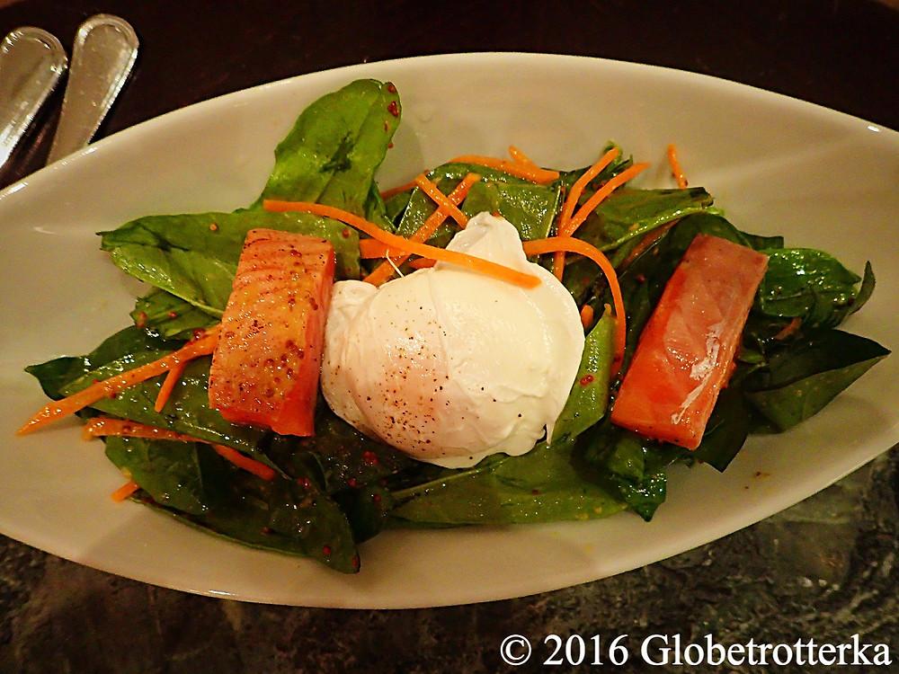 Salade de saumon cru, épinards et oeuf poché, Grand Café Docteur Jivago  © 2016 Globetrotterka