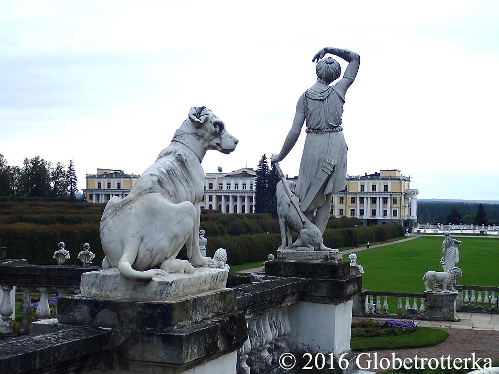 """Statues de la haute terrasse et vue sur la basse terrasse et l'aile gauche du pavillon """"Caprice"""". © 2016 Globetrotterka"""