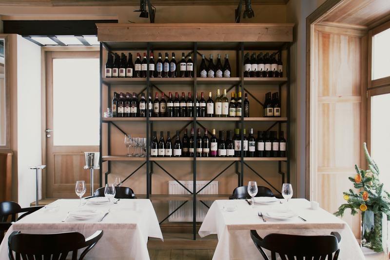 Des bouteilles de vin en décoration dans le restaurant Bontempi.